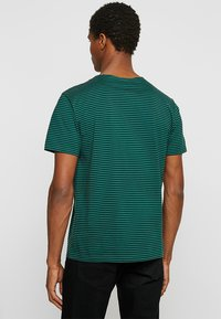 Urban Classics - YARN DYED BABY  - Print T-shirt - dark fresh green/black - 2