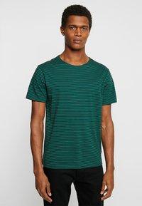 Urban Classics - YARN DYED BABY  - Print T-shirt - dark fresh green/black - 0