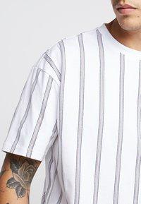 Urban Classics - HEAVY OVERSIZED STRIPE TEE - T-Shirt print - white/navy - 4
