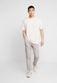 Urban Classics - OVERSIZED PEACHED TEE - T-shirt basic - sand - 1