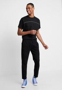 Urban Classics - REFLECTIVE TEE - T-shirts - black - 1