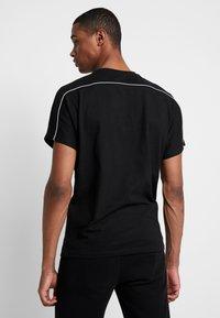 Urban Classics - REFLECTIVE TEE - T-shirts - black - 2