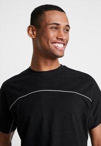 Urban Classics - REFLECTIVE TEE - T-shirts - black - 4