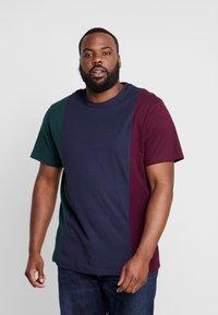 Urban Classics - TRIPPLE TEE  - Print T-shirt - bottlegreen/midnightnavy - 0