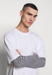 Urban Classics - DOUBLE LAYER STRIPED TEE - Long sleeved top - white - 3