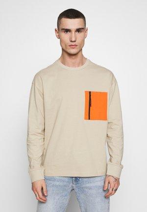 BOXY BIG CONTRAST POCKET - Bluzka z długim rękawem - concrete
