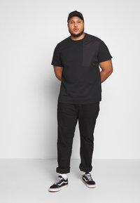 Urban Classics - MILITARY SHOULDER POCKET  - Basic T-shirt - black - 1