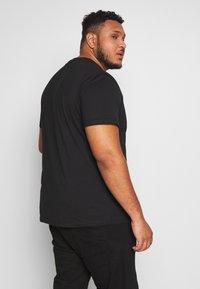 Urban Classics - MILITARY SHOULDER POCKET  - Basic T-shirt - black - 2