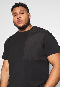 Urban Classics - MILITARY SHOULDER POCKET  - Basic T-shirt - black - 3