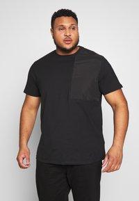 Urban Classics - MILITARY SHOULDER POCKET  - Basic T-shirt - black - 0