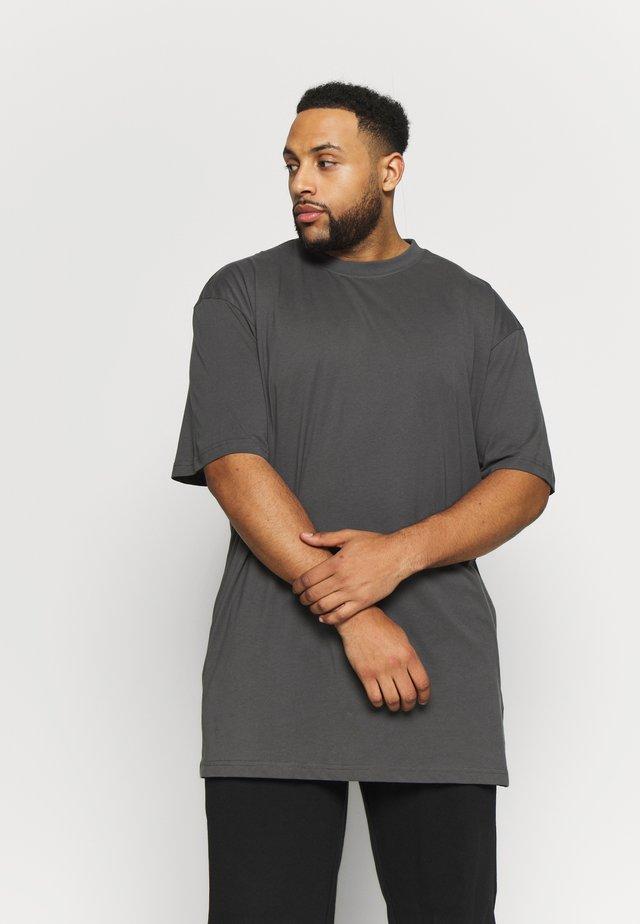 TALL TEE - T-shirt - bas - darkshadow