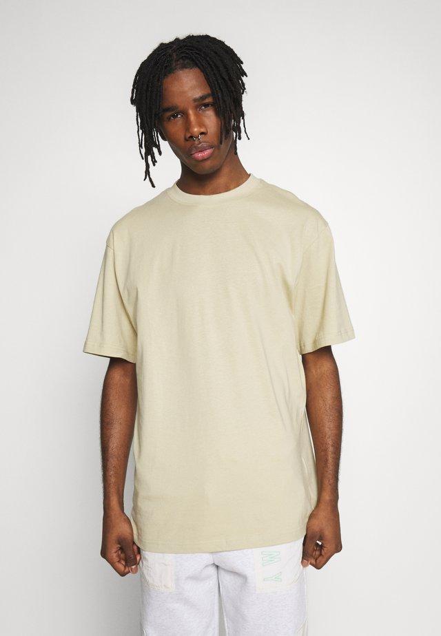 TALL TEE - T-shirt - bas - concrete