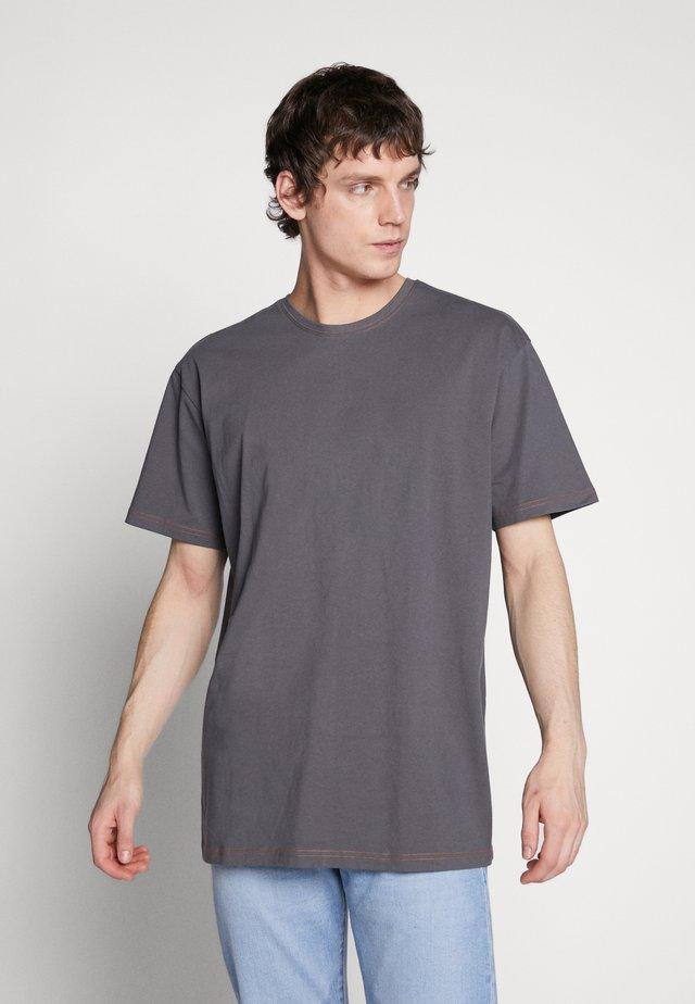 HEAVY OVERSIZED CONTRAST STITCH TEE - Print T-shirt - darkshadow/brick