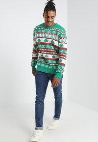 Urban Classics - SNOWFLAKE CHRISTMAS TREE - Stickad tröja - treegreen/white/firered - 1