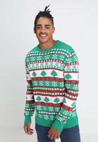 Urban Classics - SNOWFLAKE CHRISTMAS TREE - Stickad tröja - treegreen/white/firered - 0