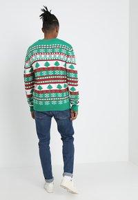 Urban Classics - SNOWFLAKE CHRISTMAS TREE - Stickad tröja - treegreen/white/firered - 2