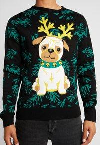 Urban Classics - PUG CHRISTMAS - Stickad tröja - black - 4