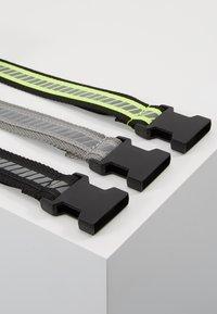 Urban Classics - REFLECTIVE BELT 3 PACK - Belt - black/silver/neonyellow/grey - 3