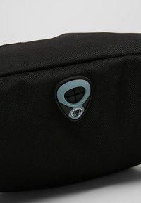 Urban Classics - DOUBLE-ZIP SHOULDER BAG - Ledvinka - black - 6