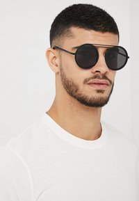 Urban Classics - CHAIN SUNGLASSES - Sunglasses - black/black - 1