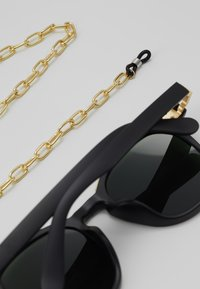 Urban Classics - SUNGLASSES ITALY WITH CHAIN - Sunglasses - black/gold-coloured