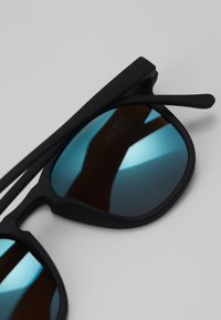 Urban Classics - SUNGLASSES ARTHUR WITH CHAIN - Gafas de sol - black/blue - 2