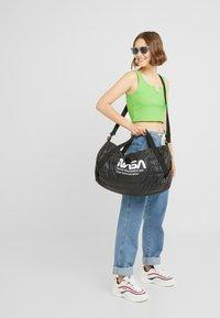 Urban Classics - NASA PUFFER DUFFLE BAG - Valigia - black - 6