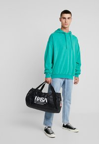 Urban Classics - NASA PUFFER DUFFLE BAG - Cestovní taška - black - 1