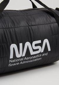 Urban Classics - NASA PUFFER DUFFLE BAG - Valigia - black - 8