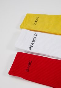 Urban Classics - WORDING SOCKS 3 PACK - Sokken - yellow/red/white - 2