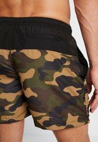 Urban Classics - BLOCK SWIM - Shorts da mare - black/wood - 1