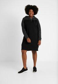 Urban Classics Curvy - LADIES TONE HOODED DRESS - Kjole - black/charcoal - 2