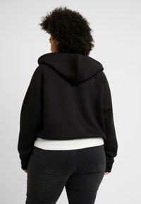 Urban Classics Curvy - LADIES OVERSIZED SHORT RAGLAN ZIP HOODY - veste en sweat zippée - black - 2