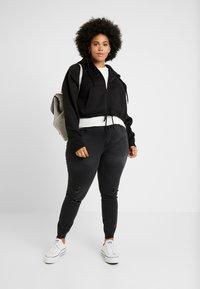 Urban Classics Curvy - LADIES OVERSIZED SHORT RAGLAN ZIP HOODY - veste en sweat zippée - black - 1