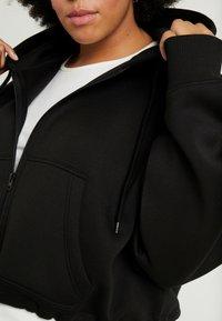 Urban Classics Curvy - LADIES OVERSIZED SHORT RAGLAN ZIP HOODY - veste en sweat zippée - black - 5