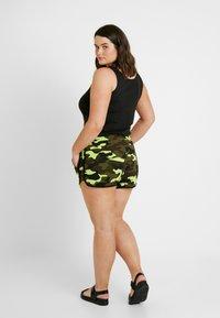 Urban Classics Curvy - LADIES PRINTED CAMO HOT PANTS - Shorts - frozenyellow - 2