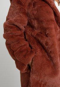 Urban Classics Curvy - LADIES HOODED COAT - Zimní kabát - darkrose - 3