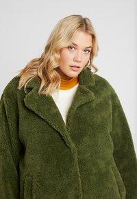 Urban Classics Curvy - LADIES OVERSIZED SHERPA COAT - Zimní kabát - olive - 3