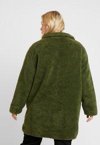 Urban Classics Curvy - LADIES OVERSIZED SHERPA COAT - Zimní kabát - olive - 2