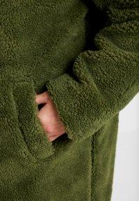 Urban Classics Curvy - LADIES OVERSIZED SHERPA COAT - Zimní kabát - olive - 5
