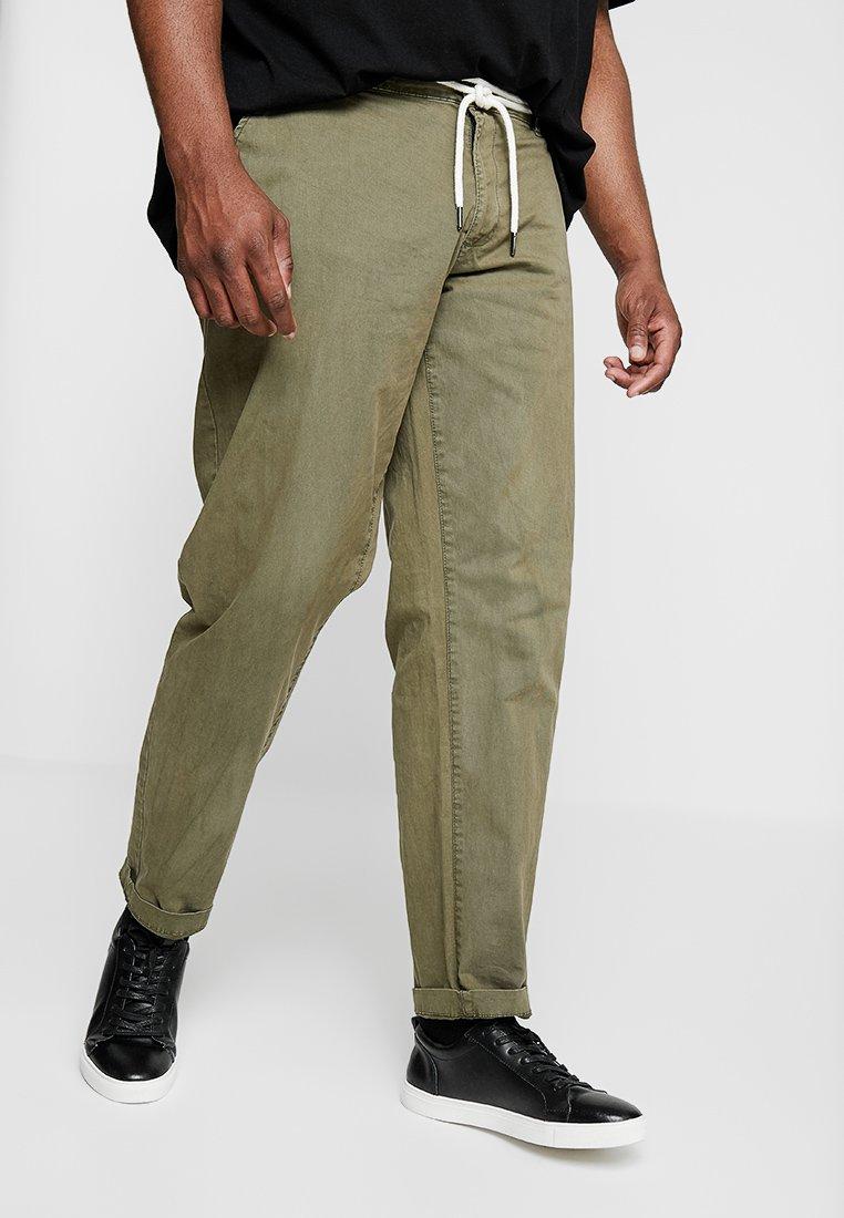 URBN SAINT - LEWIS PANTS - Trousers - rosin