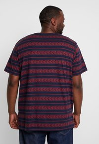 URBN SAINT - MARIUS TEE - T-shirts print - brick red - 2