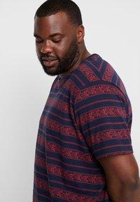 URBN SAINT - MARIUS TEE - T-shirts print - brick red - 3