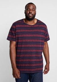 URBN SAINT - MARIUS TEE - T-shirts print - brick red - 0