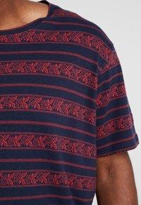 URBN SAINT - MARIUS TEE - T-shirts print - brick red - 5