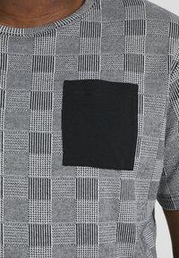 URBN SAINT - DALLAS TEE - Print T-shirt - black - 5