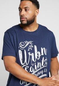 URBN SAINT - ZACK TEE - T-shirts print - navy - 4