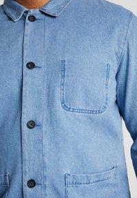 URBN SAINT - USCARLSSON  - Veste en jean - light blue - 5