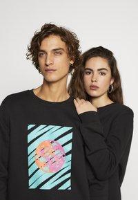 Urban Threads - FRONT & BACK GRAPHIC UNISEX  - Sweatshirt - black - 3
