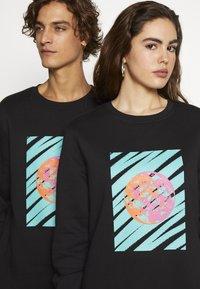 Urban Threads - FRONT & BACK GRAPHIC UNISEX  - Sweatshirt - black - 5